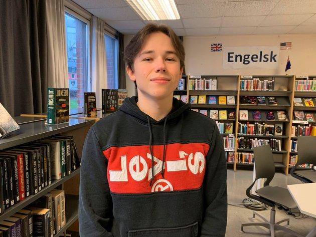 Adrian Dabrowski (17), Mysen: – Jeg synes det har vært slitsomt, kjedelig og litt depressivt med mye hjemmeskole. Man føler seg ganske alene. Det har vært fint å kunne sove lenger når det har vært hjemmeskole og jeg fokuserer bedre, men det har vært kjedelig å være hjemme så lenge. For meg går det bra med både hjemmeskole og fysisk skole.
