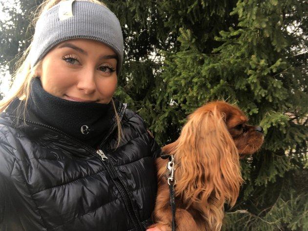 Bertine Kjeserud (17) fra Eidsberg: – Det er ganske kjedelig bare å være hjemme, men for ikke å bare sitte inne pleier jeg å gå turer med hunden min. Blir en del skolearbeid og lekser også.