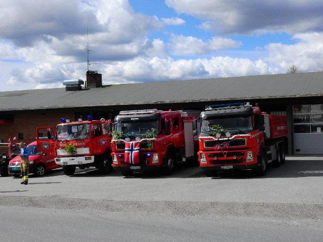 Brannvesenet pyntet bilene til nasjonaldagen.