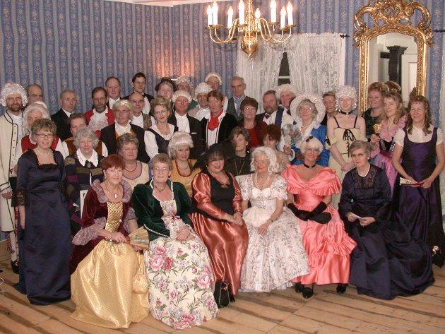 FLOTTE ANTREKK: Over 50 gjester var i 2003 samlet til nyttårsball på Skjelfoss gård i Hobøl. Mange hadde gjort seg flid med antrekket. Her var rysjer og parykker, vifter og krinoline-kjoler.