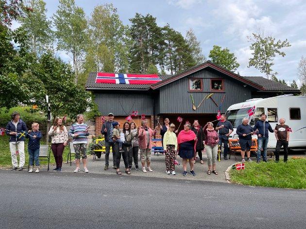 STOR FEST: Bente og Roar Schie ved Solbergfoss på Spydeberg-siden inviterte familie og venner til Ladies Tour of Norway-fest. Nærmere 30 tok turen. – Vi lagde et liknende opplegg sist Ladies Tour passerte her. Da var vi over 30 personer. I dag er vi vel 27 personer. Det er bra det og, smiler Bente Schie, og forteller at hun og mannen har brukt fredagen til å forberede festen. – Ting gjør seg ikke selv, men det er hyggelig å gjøre litt ekstra når det skjer noe her. Etter at rytterne har passert blir det grillmat og hyggelig samvær, humrer hun.