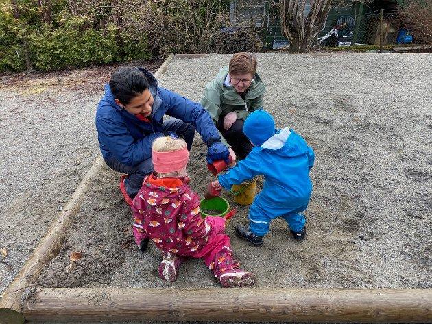 GOD PLASS: Det er romsleg i den vanlegvis så populære sandkassa når barnehagelærar Sølvi Mundal Sæterdal og fagarbeidar Espen Amundsen har ansvar for berre eit barn kvar. Snart kjem det fleire.