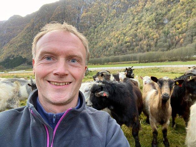 GEITEBONDE: Vidar Sandal, geitmjølksprodusent Byrkjelo og leiar Breim sau og geit.