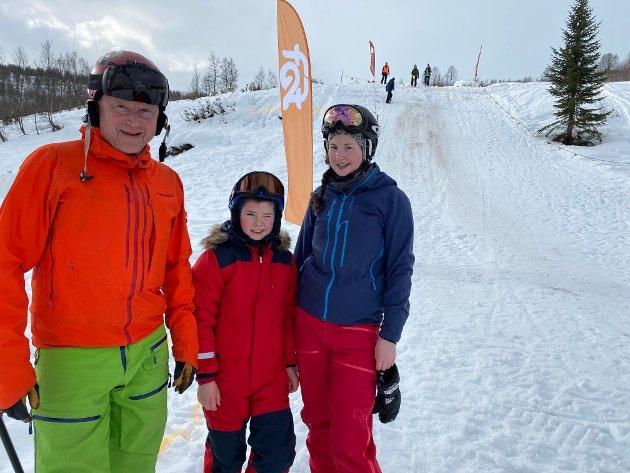 GAV ALT: Jon Husabø, Thomas Kyrkjebø Nesset og Tonje Kyrkjebø fekk erfara at det er blytungt å springa med slalomsko i roten snø.
