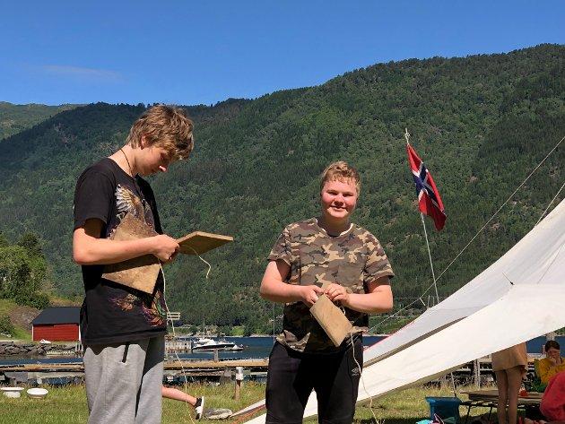 Vetle Bendik Fimreite og Trygve Grønsberg er strålande nøgd med å ha slått leiarane i volleyball. Her er dei i gang med rigging av leir.