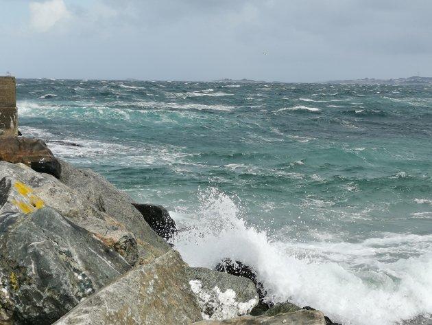 Vinden tar godt i bølgene utenfor Ølberg.