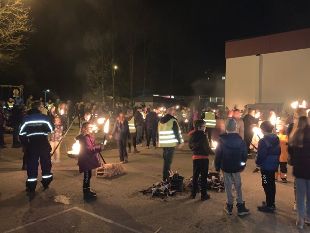 MARKERING I FJOR: Både skulegården og parkeringsplassen på Fiskå var fylt til randen i fjor, då bygda arrangert ei støttemarkering for å hindra nedlegging av skulen.