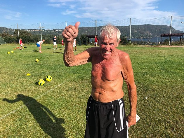 Willy Andersen har vært oppmann, spiller og altmuligmann i Svelvik i snart 60 år. Willy er i dag materialforvalter for A-laget og jobber med gressbanen.
