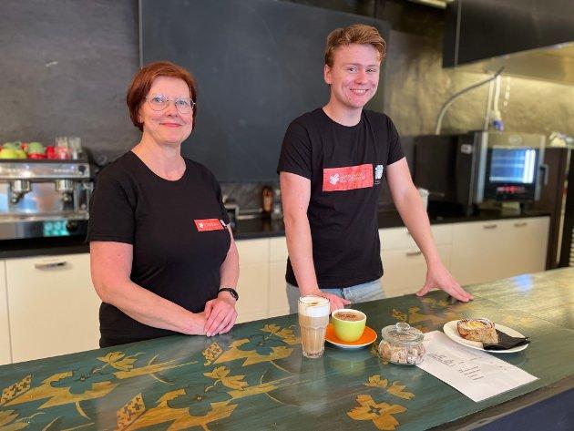 Kristina Henschien og Brage Hovland jobber hardt for å få Café Jebsen klar til åpning. De gleder seg til folk begynner å komme.