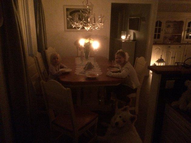 KOSER SEG I MØRKET: :) Josefine og Lilly Sofie Friksen synes det er litt skummelt, men mest spennende å være uten strøm.