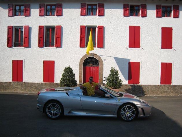 På pilgrimtur til Ferrari i 2007. Her er Gisle Valen foran Enzo Ferraris kontor på Fiorano-banen, Ferraris egen testbane.
