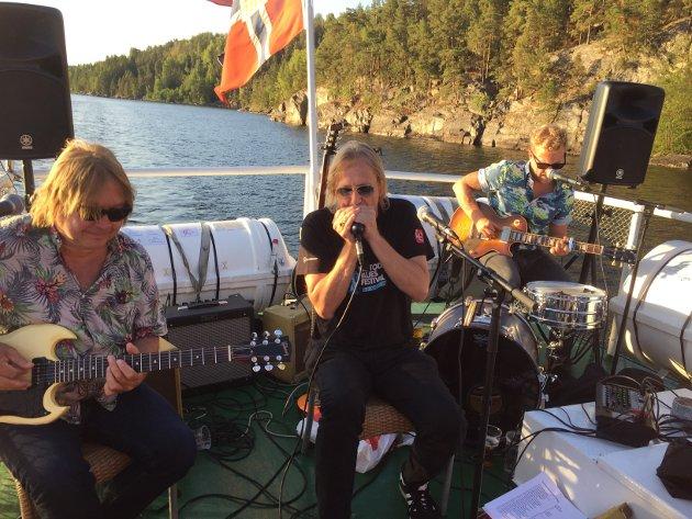 BARE LOKALE: Årets forsøk med bluescruise på Heddalsvannet har bare servert lokale artister - her Jostein Forsberg, Morten Omlid og Øystein Ytterbø. (Foto: Magnus Lia)