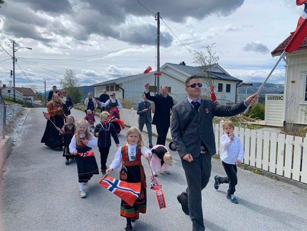 Noen av ungene på skogen går i tog . Familien Arud Bueng, Merde Nilsen, Berge Nilsen, Rørås Haaberg.  Hipp hipp hurra.