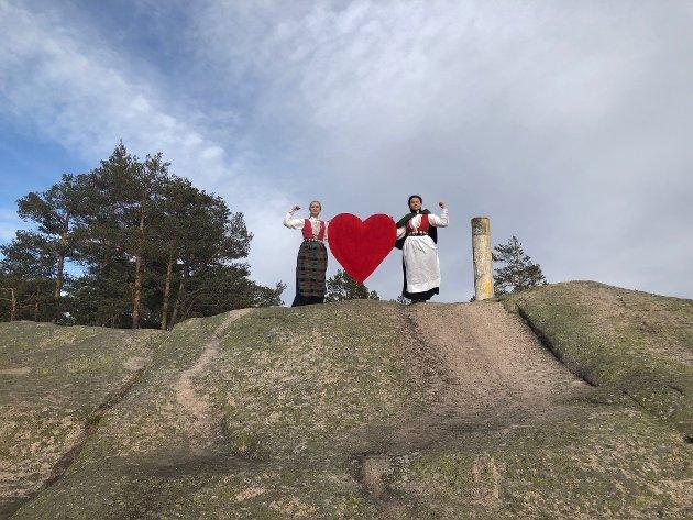 Onsdag 1. april 2020 skulle Bunadsgeriljaen vært på Eidsvolls plass, noe koronaviruset satte en stopper for.  - Vi dro heller opp til Vardåsen, Askers svar på Kvernberget, sier Anja Solvik (til høyre). Her sammen med Eirin Sætherbø (styremedlem i interimsstyret).