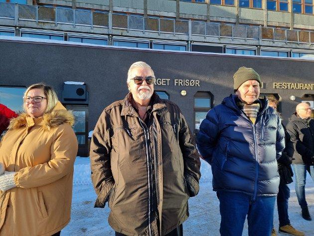 Foretaksmodellen er ingen demokratisk modell. I denne modellen er vi ordrereserver og kalkyler på regneark, skriver Stein Kristiansen – på bildet sammen med Line Karlsvik og Bjarne Brunsvik under markeringen på Rådhusplassen mandag.