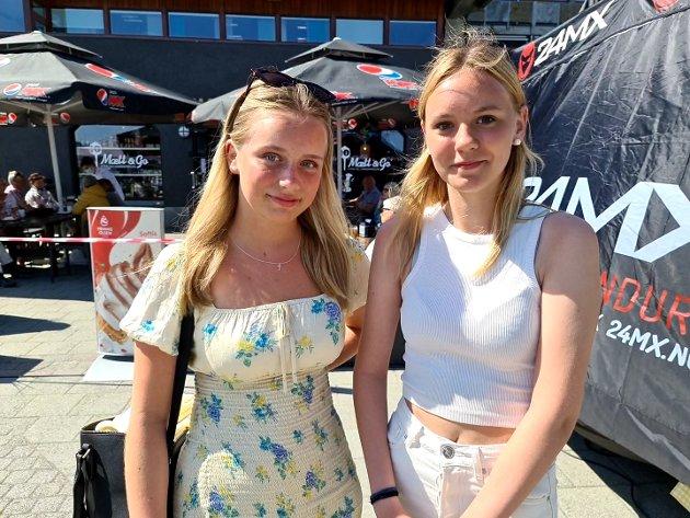 Adele Johanne Strand (til venstre) og Amalie Tømmervåg-Olsen koste seg i finværet på rådhusplassen.