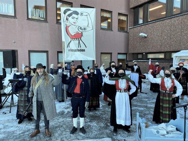 Vi er litt lei av å høre at fødsel ikke er en sykdom, skriver Anja Solvik, som på vegne av hele Bunadsgeriljaen lover at årene fortsatt skal dunkes i gulvet. Bildet er tatt utenfor sykehuset i Kristiansund 8. februar i år, da fødeavdelingen ble stengt. Foto: privat