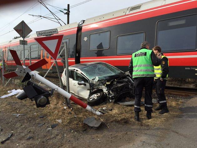 ULYKKE: En personbil ble påkjørt av toget ved en planovergang i Apolloveien i Sandefjord. Politiet melder at ingen ble alvorlig skadet. Foto: Olaf Akselsen