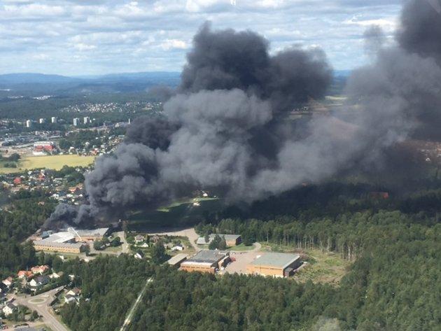 Bilder tatt fra et småfly i luftrommet over Råel viser omfanget av brannen.