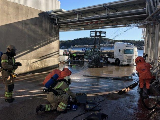 ØVELSE: VIB og ansatte ved Wilhelmsen Chemicals på Kjøpmannskjær øvde fredag på en hendelse med lekkasje av kjemikalier.