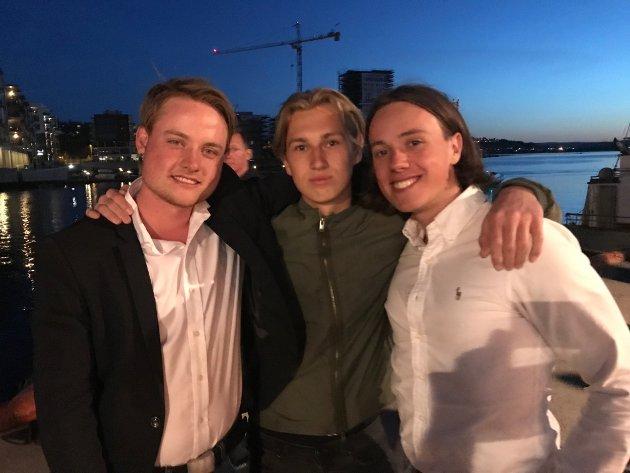FANTASTISK: Guttegjengen  synes fyrverkeriet var helt topp. – Det var ekstraordinært. Bra stemning og mye folk på Brygga, sier Tor-Iver Skjæggestad (til høyre). Lars Thomas Syvertsen (til venstre) og Anders Haraldsen i midten.
