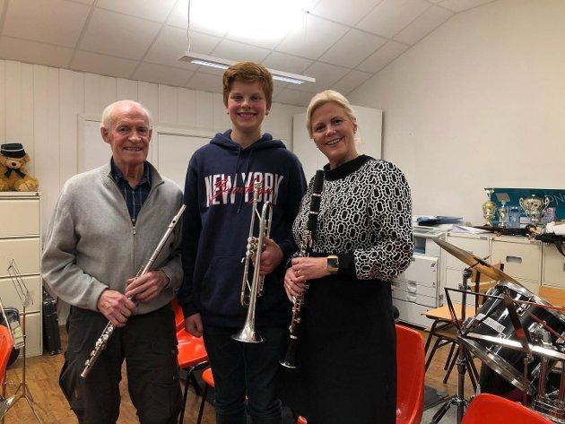 MUSIKANTER: Kåre Aas (82) spiller fløyte, Martin Brattekværne Bakke (15) spiller trompet, og korpsleder Stine Molstad spiller klarinett i 1919. Bildet er tatt i forbindelse med Tønsbergs Blads forhåndsreportasje før jubileumskonserten.