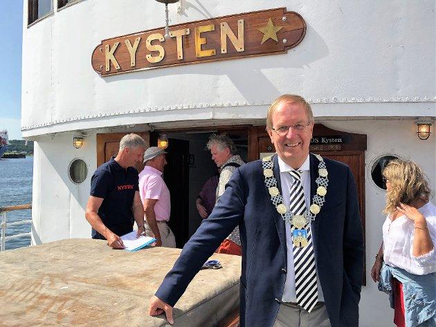 """HYLLEST: Ordfører Petter Berg roste den frivillige innsatsen som har fått D/S """"Kysten"""" til å seile igjen."""
