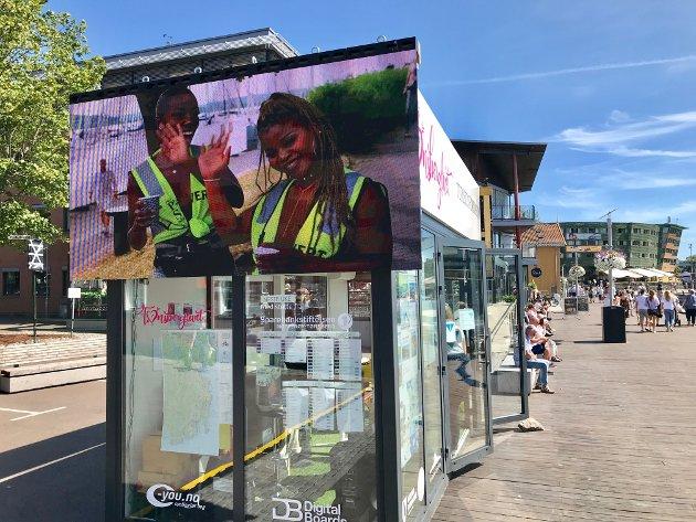 SKJEMMENDE: Per Mikkelsen mener de to store skjermene på den nye turistbua på Brygga må vekk.
