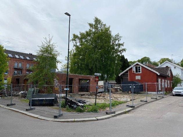 - TRAGISK: Mot Venstres stemme åpnet utvalget for plan og bygg for å rive bevaringsregulerte Snorres gate 11 (bak), uten at det forelå godkjente planer for nybygg, påpeker Suzy Haugan. Hun mener det er viktigere at politikerne er lojale mot planene som finnes enn å lage nye planer.