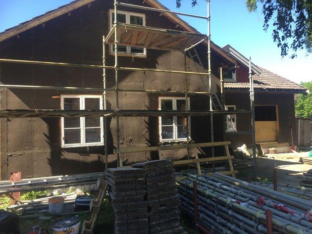 BØR VERNES: Et lite hus i Snorres gate 11. Nå kledd i «sorgens farger». Det skal vekk, skriver Eivind Luthen.