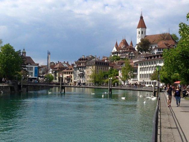 TRENGER EN PLAN: Tønsberg bør se til Sveits. Her et bilde fra Thun med elven Aare. Slottet i bakgrunn.