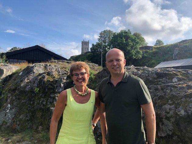 I Senterpartiet har vi en partileder som ofte minner oss på å snakke enkelt, her sammen med Kathrine Kleveland ved Slottsfjellet.