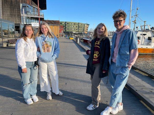 BRYGGA: Viktoria Thorisdottir (18), Maria Herring Olsen (18), Thea Aamodt (18) og Nojus Aleksandravicius (18) brukte dagen til å være sosiale på Brygga i finværet.