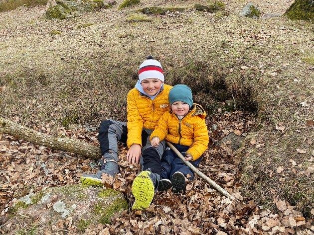 UT PÅ TUR: Johannes (8) og lillebor Jesper (2) har tatt med seg fiskestang til stranda. Kanskje blir det fisk på grillen i stedet for pølser, i dag.