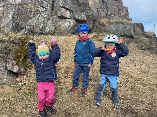 BYPÅSKE: Mikkel (6) og Jonas (4) og lillesøster Hedda syns det smakte godt med en ispause midt i sykkelturen til Slottsfjellet.