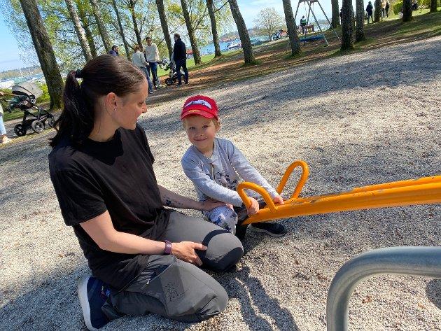 VIPPA: Jonas (3) storkoste seg på lekeplassen med mamma Marlen.