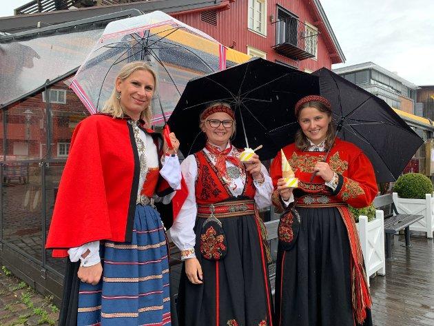 Svanhild Wolden, Eilen og Mathea kommer fra Re og traktorkortesjen. - Vi håpte egentlig på å rekke båtkortesjen også, men den rakk vi akkurat ikke. Nå bærer veien hjemover til grilling i garasjen og kanskje litt volleyball spill hvis været tillater det, sier Svanhild