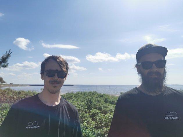 BIDRAR: Simen Bøhle og Bjørn Frisholm har bidratt til å lage kunstverkene på den nye klimastien i Tønsberg.