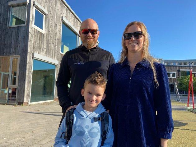 KLARE: Sverre Barstad Foss (6) med mamma Line Barstad og pappa Kristoffer Foss, var blant de første som kom til skolestart på Røråstoppen skole.