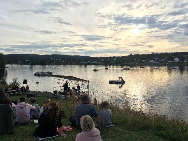 Sole tittet også frem under Gaute Ormåsen sin konsert i Velparken på Eina fredag.