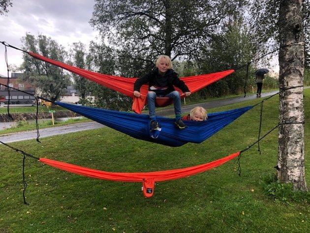 Brødrene Ola og Erik hadde det moro med å teste hengekøyene som var satt opp i parken.