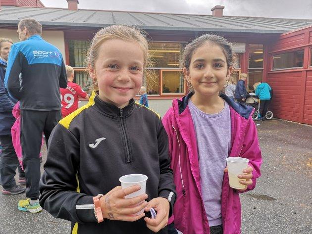 Elze (8) og Ala (9) sier det er en fin dag til tross litt grått vær. Det beste med joggedagen er at de får mulighet til å hjelpe andre, sier Elze.