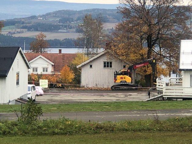 Det begynte å brenne under gravearbeid hos Sivilforsvarets anlegg på Starum torsdag 7. oktober. Forsvaret og bombegruppa ble tilkalt. Her er området det begynte å brenne.