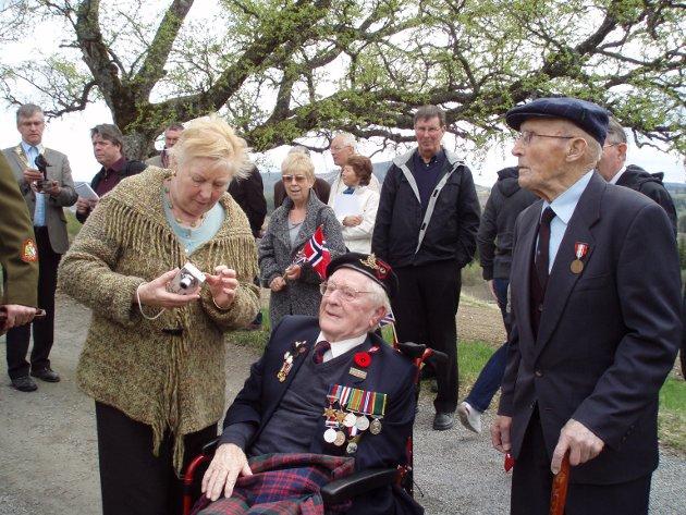 Enken etter den engelske soldaten Frank Lodge (i midten), Elaine Lodge, har lenge engasjert seg for å få på plass statuen utenfor Hustad kirke, og ble både oppgitt og lei seg da hun fikk høre om kritikken.