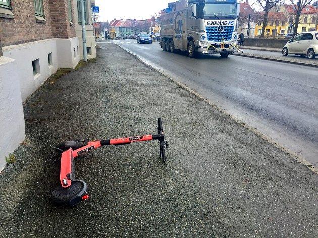 Bare med enkel bruk av hjernen burde det vel være greit å tenke som så at: Parkerer jeg «sykkelen» på langs i fartsretningen så blir den til mindre hinder for andre enn om jeg setter den på tvers, skriver Einar Kristengård om el-sparkesyklene.