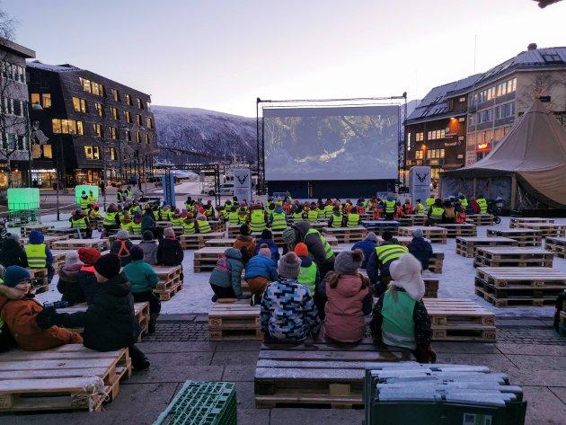 SKOLE: Elever fra Tromsdalen skole, Fagereng skole og Prestvannet skole besøkte tirsdag morgen utekinoen til Tromsø internasjonale filmfestival.