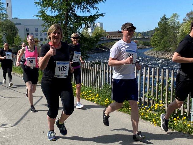 MILA: Steinkjer-ordfører Anne Berit Lein setter fart fra Rismelen i Steinkjer sentrum. Ved hennes side løper Magne Taraldsen fra Inderøy. Begge har de planer om å gjennomføre hele mila gjennom Steinkjers gater søndag.