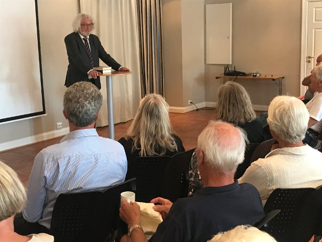 Nær 100 personer fikk med seg ønskereprisen med Edvard Hoem på Bokhotellet fredag kveld. Dette var innledningen på Bokbyens jubileumshelg.