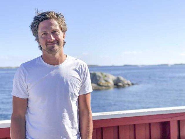 Rasmus Os eier Seilerhytta i Oksefjorden, et kystbruk lenge inn i fjorden, og har feriert i Tvedestrand fra barndommen av.
