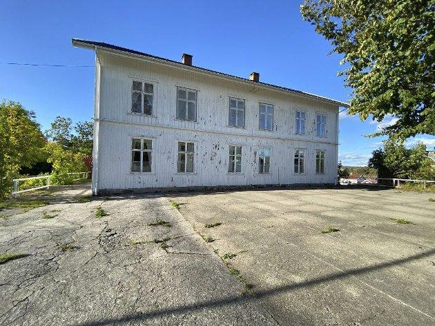 Lars Nordaas, grunneier og feriegjest, deler sine betraktninger om salget av Lyngør skole.